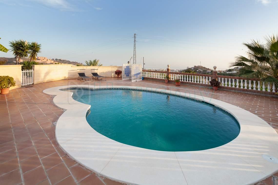 piscina con vista al mar en casa de rincon de la victoria