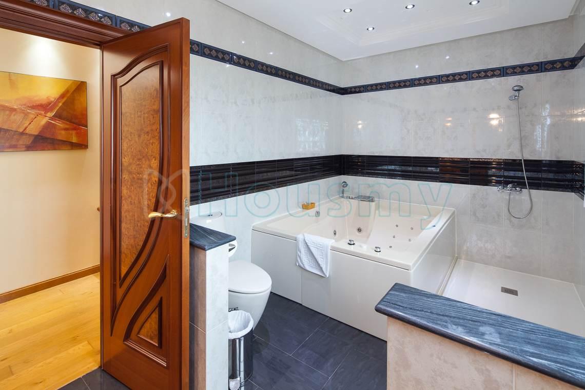 Baño con jacuzzi en alojamiento turistico en venta en Torre del Mar