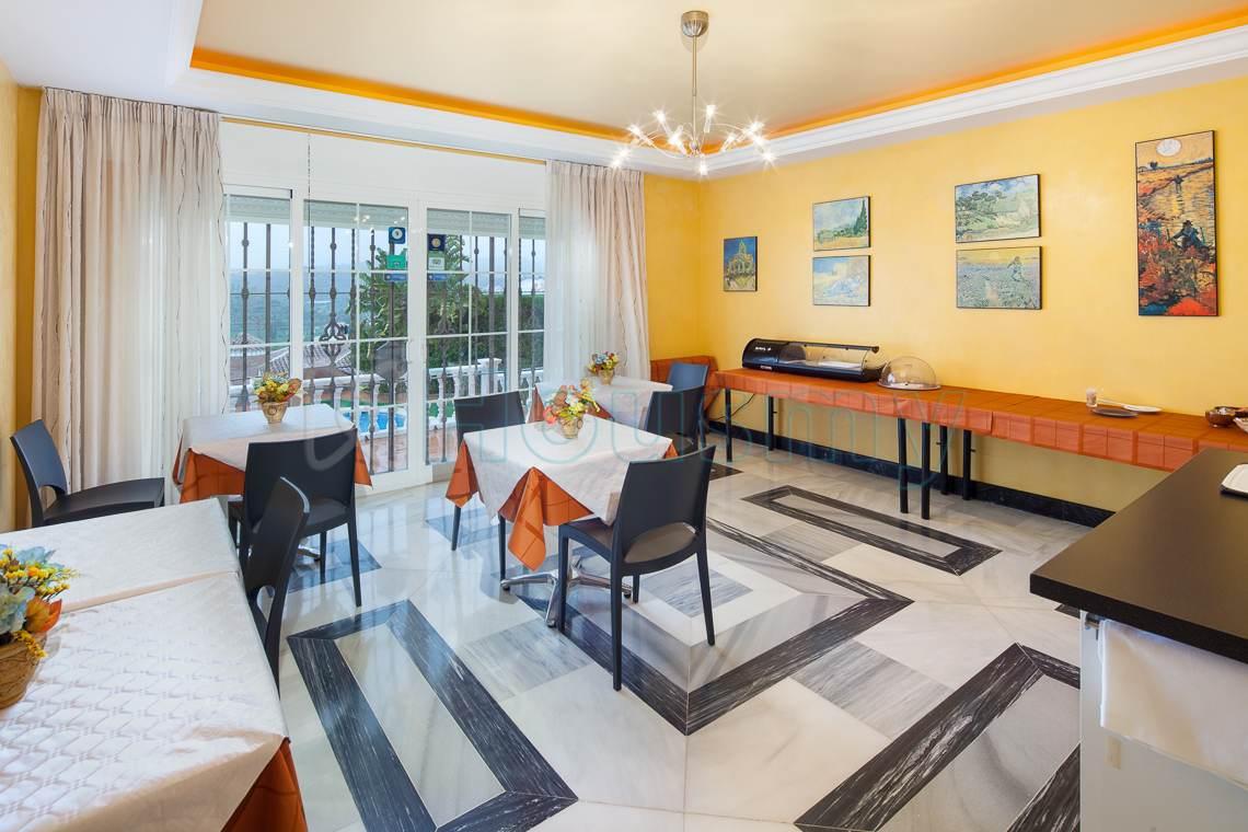 Zona de desayunos de hotel con encanto en venta