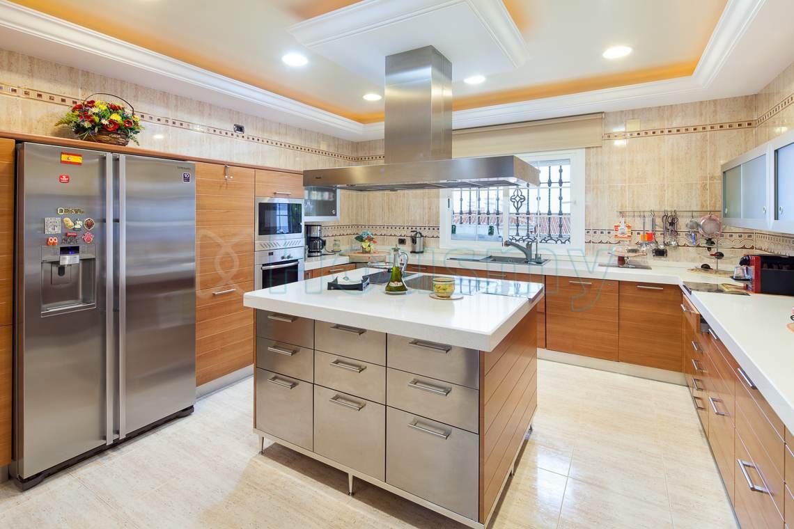 Housmy, plataforma inmobiliaria. Interior de cocina de hotel en venta.
