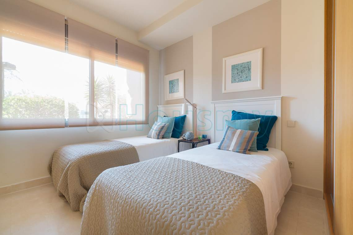 dormitorio ce apartamento en venta en urbanizacion de estepona. Housmy