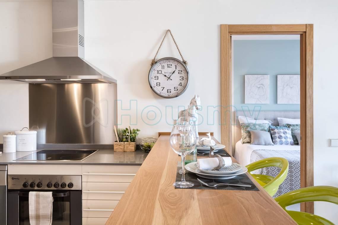 cocina americana de apartamento en sotoserena de estepona. Housmy