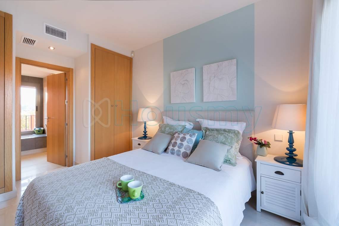 dormitorio moderno de piso en venta en sotoserena estepona. Housmy