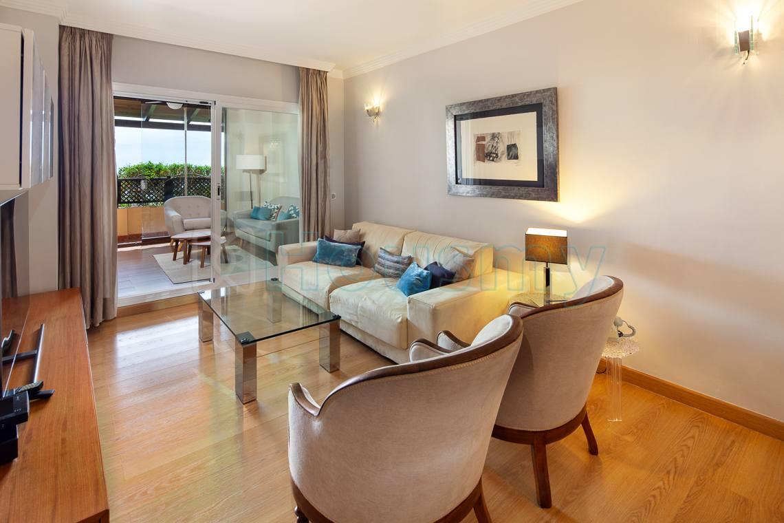 salón con terraza acristala en piso de calle cariñena, parque victoria - Housmy