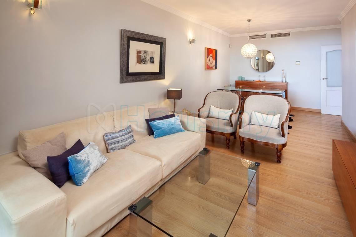 salon moderno de piso en venta en parque victoria, malaga