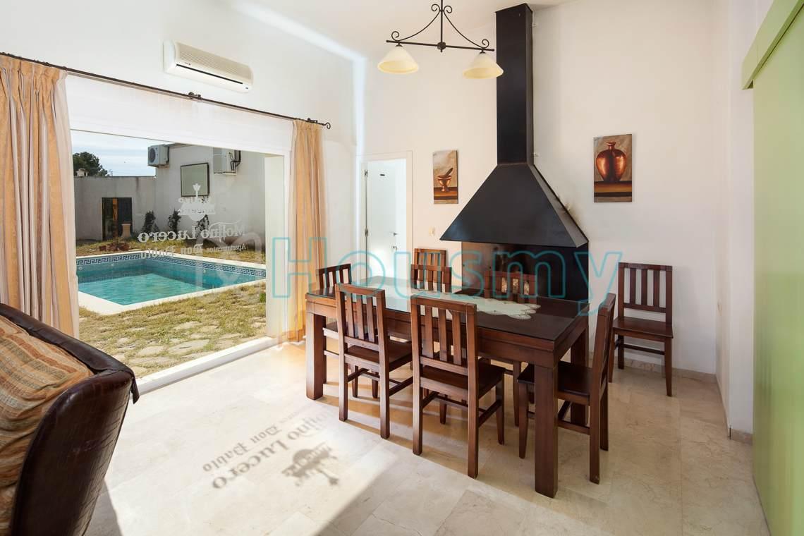Salon con vista a piscina en apartahotel en venta