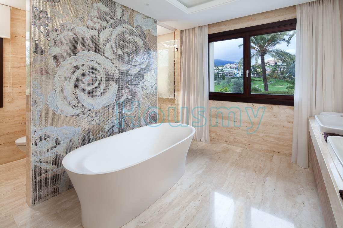 Modern bathtub in villa for sale in los naranjos golf, Marbella. Housmy