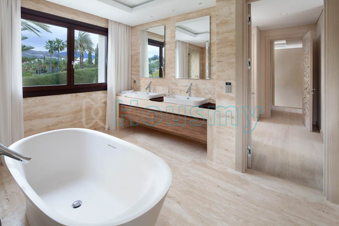 Modern batroom in villa for sale in los naranjos golf, Marbella. Housmy
