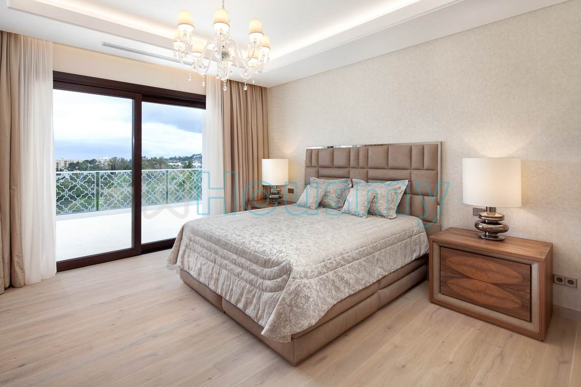 Villa bedroom with terrace in golf court. Housmy real estate search