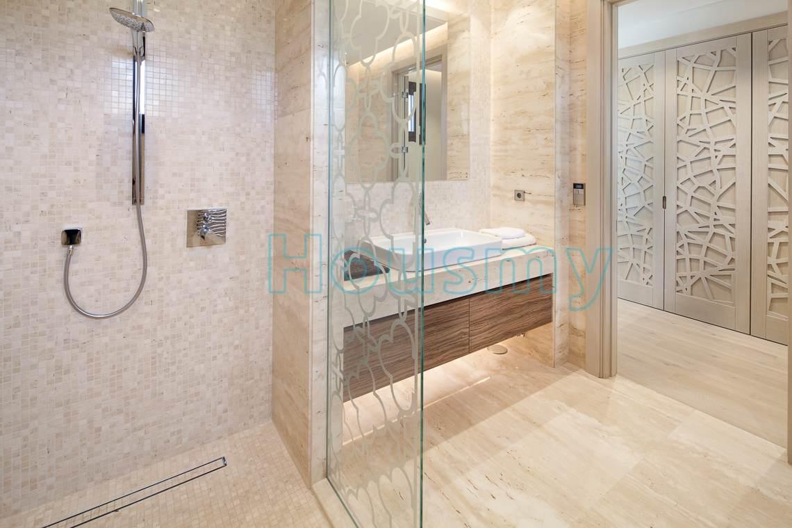 Luxurious bathroom in 5 bedrooms villa for sale in marbella. Housmy