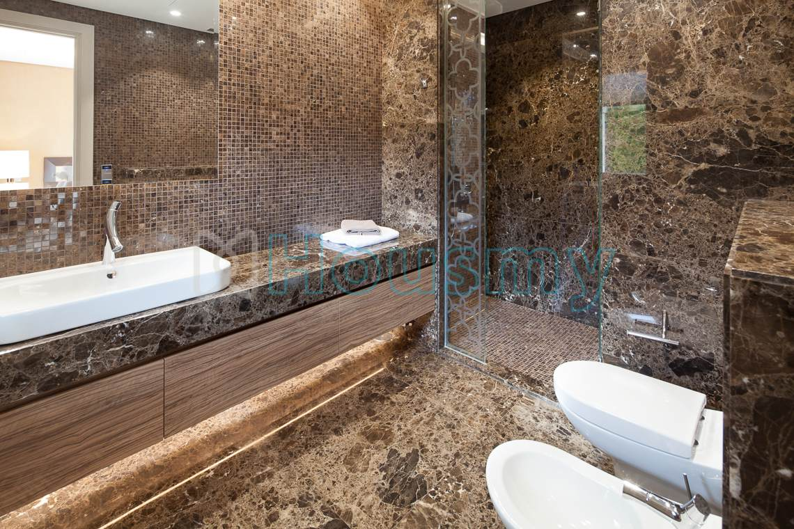 Luxurious bathroom in villa for sale in marbella. Housmy