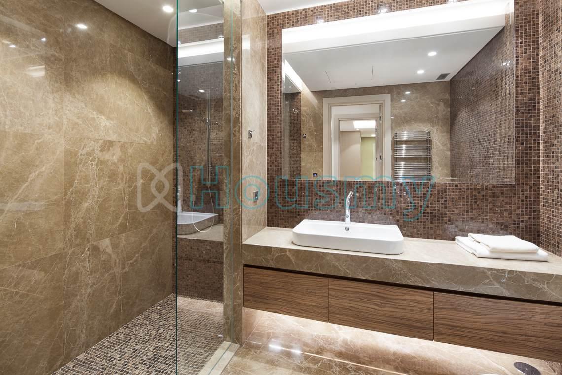 Luxurious bathroom in villa for sale in marbella